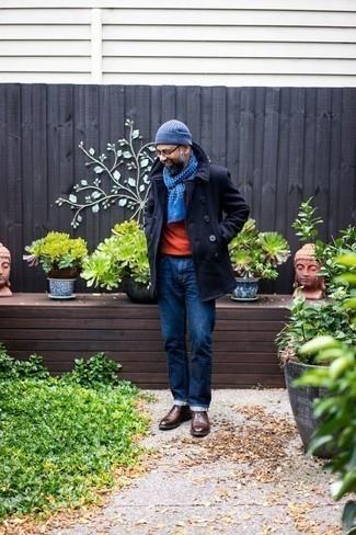 Trend da uomo 2020 in inverno 2021: Potresti combinare una giacca da marinaio blu scuro con jeans blu scuro per un look da sfoggiare sul lavoro. Chukka in pelle marrone scuro sono una splendida scelta per completare il look. Un look stupendo per essere elegante e alla moda anche durante la stagione fredda.