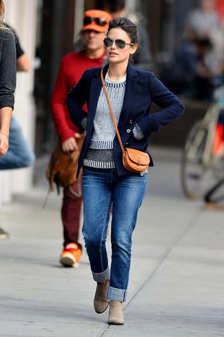 Come indossare e abbinare: giacca da marinaio blu scuro, maglione girocollo grigio, t-shirt girocollo bianca, jeans blu