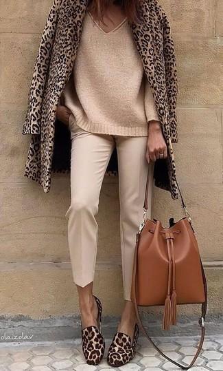 Come indossare e abbinare: giacca da marinaio leopardata marrone chiaro, maglione oversize lavorato a maglia marrone chiaro, pantaloni stretti in fondo beige, mocassini eleganti in cavallino leopardati marroni