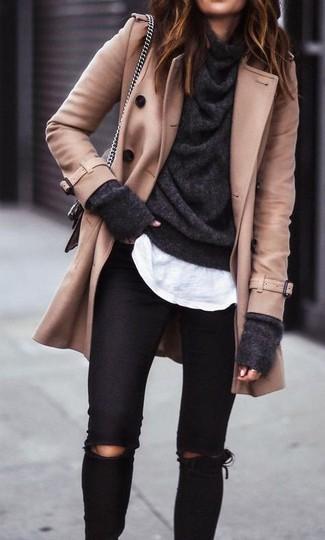 Come indossare e abbinare un maglione con scollo a cappuccio grigio scuro: Scegli un outfit composto da un maglione con scollo a cappuccio grigio scuro e jeans aderenti strappati neri per un outfit inaspettato.