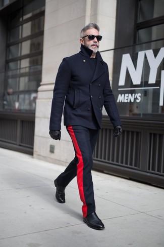 Come indossare e abbinare: giacca da marinaio blu scuro, pantaloni eleganti di lana blu scuro, stivali chelsea in pelle neri, guanti in pelle neri