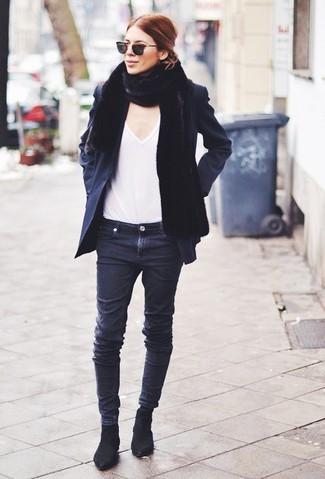 Come indossare: giacca da marinaio nera, t-shirt con scollo a v bianca, jeans aderenti neri, stivali chelsea in pelle scamosciata neri