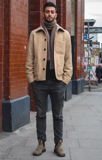 Trend da uomo 2020 quando fa gelo: Scegli un outfit composto da una giacca da marinaio marrone chiaro e pantaloni cargo grigio scuro per un look davvero alla moda. Opta per un paio di stivali chelsea in pelle scamosciata marroni per mettere in mostra il tuo gusto per le scarpe di alta moda.
