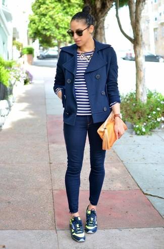 Come indossare: giacca da marinaio blu scuro, t-shirt manica lunga a righe orizzontali blu scuro e bianca, jeans aderenti blu scuro, scarpe sportive blu scuro