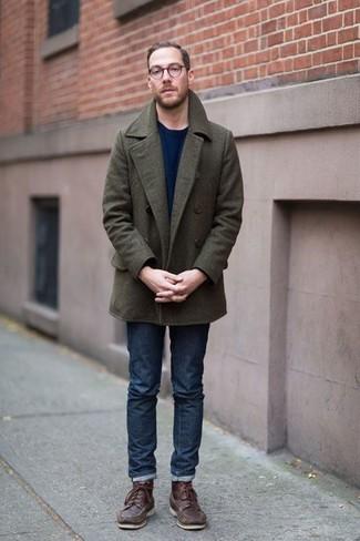 Trend da uomo 2020: Opta per una giacca da marinaio verde oliva e jeans blu scuro per creare un look smart casual. Indossa un paio di stivali da lavoro in pelle marroni per avere un aspetto più rilassato.