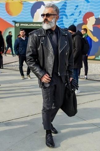 Come indossare e abbinare una giacca da moto in pelle nera: Una combinazione smart casual di una giacca da moto in pelle nera e un abito a tre pezzi a righe verticali blu scuro si rivela adatta in molte occasioni diverse. Sfodera il gusto per le calzature di lusso e indossa un paio di scarpe derby in pelle nere.