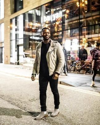 Trend da uomo 2020 quando fa freddo: Vestiti con una giacca da moto beige e jeans neri per un look semplice, da indossare ogni giorno. Lascia uscire il Riccardo Scamarcio che è in te e scegli un paio di stivali chelsea in pelle scamosciata grigi per dare un tocco di classe al tuo look.