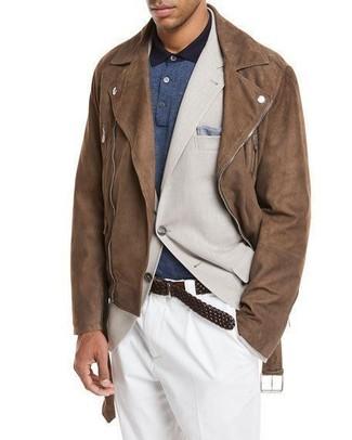 Come indossare e abbinare: giacca da moto in pelle scamosciata marrone, blazer beige, polo blu scuro, pantaloni eleganti bianchi