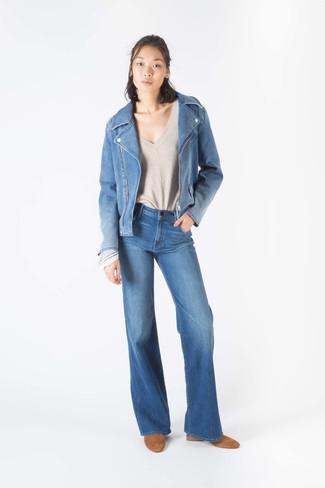 Come indossare: giacca da moto di jeans blu, maglione con scollo a v beige, jeans a campana blu, stivaletti in pelle scamosciata marrone chiaro