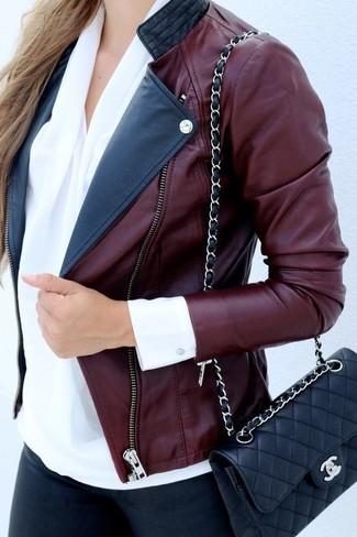 Una giacca da moto in pelle bordeaux e jeans aderenti neri sono un outfit perfetto da sfoggiare nel tuo guardaroba.