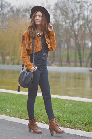 Come indossare: giacca da moto in pelle scamosciata terracotta, camicetta manica corta di pizzo nera, jeans aderenti neri, stivaletti con lacci in pelle marroni
