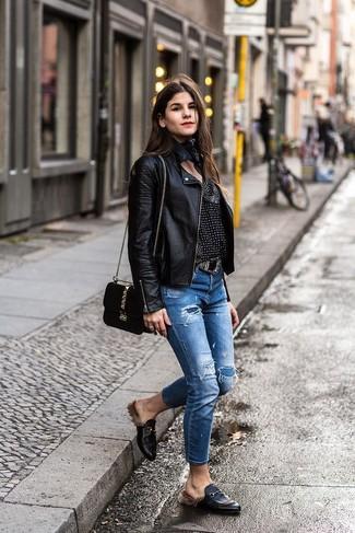 Come indossare: giacca da moto in pelle nera, camicetta manica lunga stampata nera e bianca, jeans strappati blu, mocassini eleganti in pelle neri