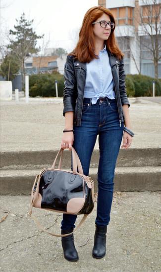 Come indossare: giacca da moto in pelle nera, camicia a maniche corte azzurra, jeans aderenti blu scuro, stivaletti in pelle neri