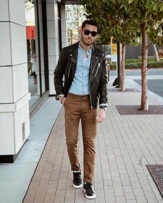 Trend da uomo 2021: Una giacca da moto in pelle marrone scuro e chino marroni si adattano perfettamente a ogni genere di attività per il weekend. Completa questo look con un paio di sneakers basse in pelle marrone scuro.