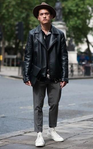 Come indossare e abbinare una pochette in pelle nera: Coniuga una giacca da moto in pelle nera con una pochette in pelle nera per un look perfetto per il weekend. Mettiti un paio di sneakers alte di tela bianche per mettere in mostra il tuo gusto per le scarpe di alta moda.