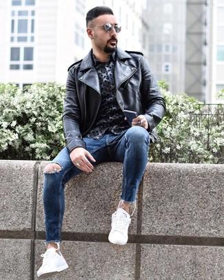 Look alla moda per uomo: Giacca da moto in pelle nera, Camicia a maniche lunghe stampata blu scuro, Jeans aderenti strappati blu, Sneakers basse bianche