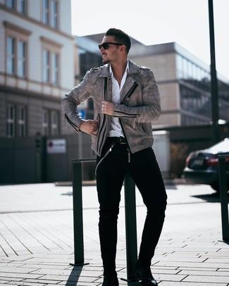 Come indossare e abbinare: giacca da moto in pelle grigia, camicia a maniche lunghe bianca, jeans neri, stivali chelsea in pelle neri