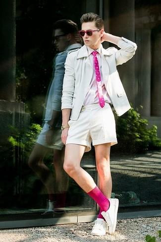 Come indossare e abbinare: giacca da moto in pelle bianca, camicia a maniche lunghe rosa, pantaloncini bianchi, sneakers basse bianche