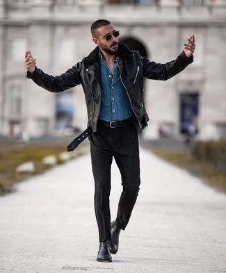Come indossare e abbinare: giacca da moto in pelle nera, camicia di jeans blu, chino neri, stivali chelsea in pelle neri