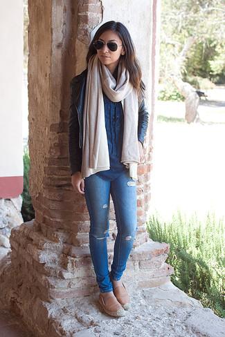 Come indossare: giacca da moto in pelle nera, camicia di jeans blu, jeans aderenti strappati blu, espadrillas in pelle marrone chiaro