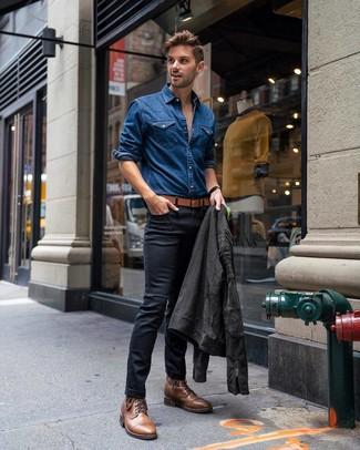 Come indossare e abbinare: giacca da moto in pelle scamosciata grigio scuro, camicia di jeans blu, jeans aderenti neri, stivali casual in pelle marroni