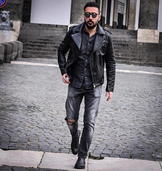 Come indossare e abbinare jeans strappati grigio scuro: Una giacca da moto in pelle nera e jeans strappati grigio scuro sono l'outfit perfetto per le giornate di relax. Scegli uno stile classico per le calzature e prova con un paio di stivali chelsea in pelle neri.