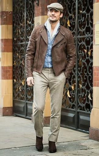 Come indossare e abbinare: giacca da moto in pelle marrone, camicia di jeans azzurra, pantaloni eleganti di lana beige, stivali chelsea in pelle scamosciata marrone scuro