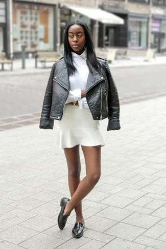 Come indossare: giacca da moto in pelle nera, camicia elegante bianca, gonna a pieghe bianca, mocassini eleganti in pelle neri