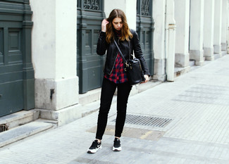 Come indossare: giacca da moto in pelle trapuntata nera, camicia elegante scozzese rossa e blu scuro, jeans aderenti neri, scarpe sportive nere e bianche
