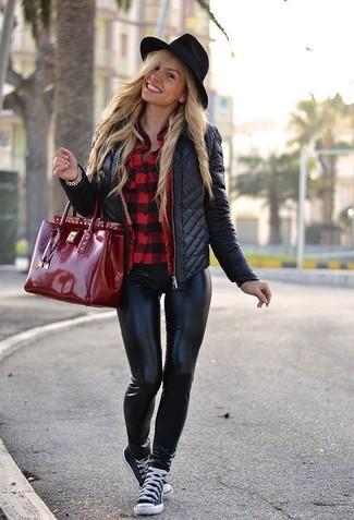 34457dd492d4 Come indossare: giacca da moto trapuntata nera, camicia elegante a quadretti  rossa, leggings