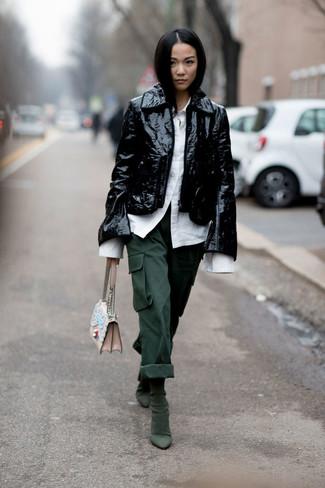 Come indossare: giacca da moto in pelle nera, camicia elegante bianca, pantaloni cargo verde scuro, stivaletti in pelle scamosciata verde scuro