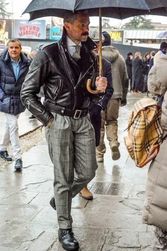 Come indossare e abbinare una giacca da moto in pelle nera: Indossa una giacca da moto in pelle nera e pantaloni eleganti a quadri grigi per un look elegante ma non troppo appariscente. Stivali casual in pelle neri sono una gradevolissima scelta per completare il look.