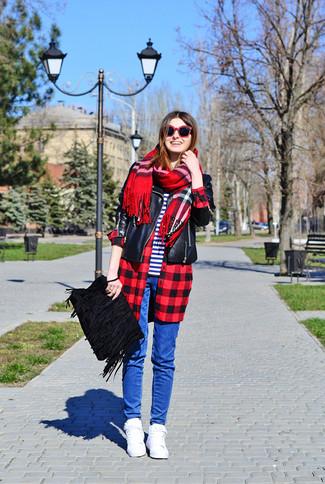 Come indossare: giacca da moto in pelle nera, camicia elegante a quadri rossa e nera, t-shirt girocollo a righe orizzontali bianca e blu scuro, jeans aderenti blu