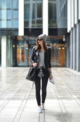 Vestiti con una giacca da moto in pelle trapuntata nera e un cuffia grigio per un look perfetto per il weekend. Completa questo look con un paio di sneakers basse bianche.