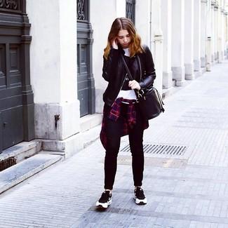 Come indossare: giacca da moto in pelle nera, camicia elegante scozzese blu scuro e rossa, t-shirt girocollo stampata bianca e nera, jeans aderenti neri