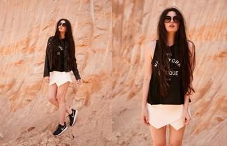 Come indossare: giacca da moto in pelle nera, canotta stampata nera e bianca, pantaloncini bianchi, scarpe sportive nere e bianche