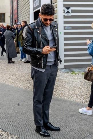 Come indossare e abbinare una giacca da moto in pelle nera: Scegli una giacca da moto in pelle nera e chino grigio scuro per un pranzo domenicale con gli amici. Perché non aggiungere un paio di scarpe oxford in pelle nere per un tocco di stile in più?
