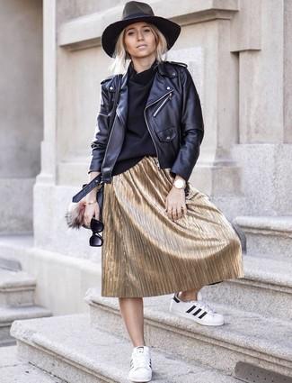 Come indossare: giacca da moto in pelle nera, dolcevita nero, gonna longuette a pieghe dorata, sneakers basse in pelle bianche e nere