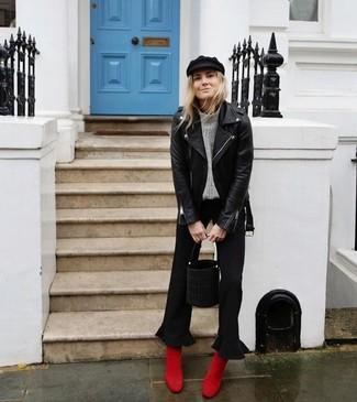 Come indossare: giacca da moto in pelle nera, dolcevita lavorato a maglia grigio, gonna pantalone nera, stivaletti in pelle scamosciata rossi