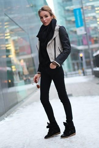 Come indossare: giacca da moto in pelle nera e bianca, dolcevita nero, jeans aderenti neri, sneakers con zeppa in pelle scamosciata nere