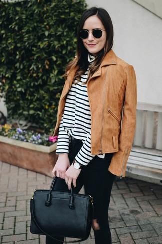 Come indossare e abbinare: giacca da moto in pelle scamosciata marrone chiaro, dolcevita a righe orizzontali bianco e nero, jeans aderenti strappati neri, borsa shopping in pelle nera