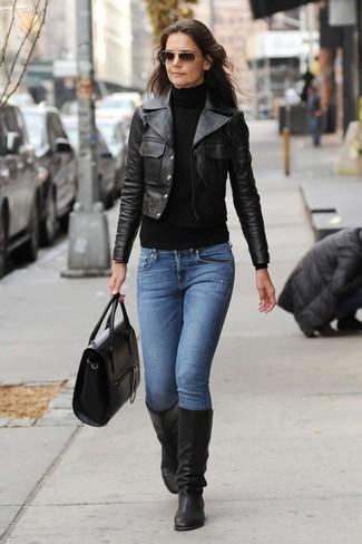 Come indossare: giacca da moto in pelle nera, dolcevita nero, jeans blu, stivali al ginocchio in pelle neri