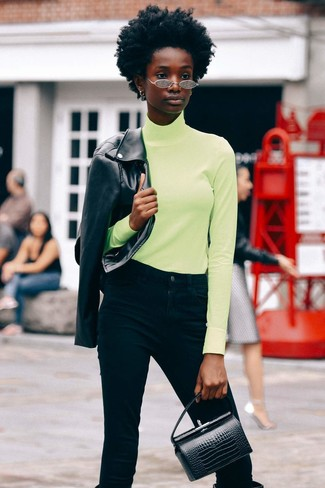 Come indossare e abbinare jeans neri: Indossa una giacca da moto in pelle nera con jeans neri per un look raffinato per il tempo libero. Sfodera il gusto per le calzature di lusso e indossa un paio di stivali al ginocchio in pelle neri.
