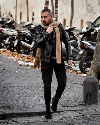 Come indossare e abbinare: giacca da moto in pelle nera, dolcevita nero, jeans neri, stivali chelsea in pelle scamosciata neri