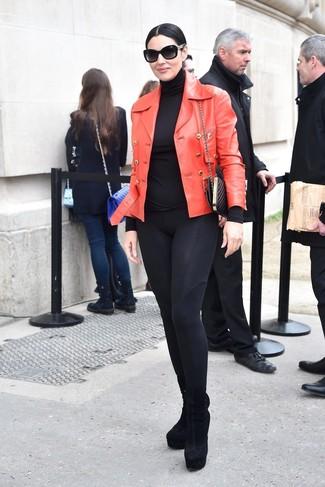 Come indossare e abbinare un dolcevita nero per una donna di 50 anni: Combina un dolcevita nero con leggings neri per un look spensierato e alla moda. Stivaletti in pelle scamosciata neri sono una gradevolissima scelta per completare il look.