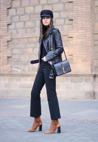 Come indossare e abbinare: giacca da moto in pelle nera, dolcevita nero, pantaloni a campana neri, stivaletti in pelle scamosciata marroni