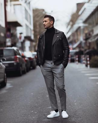 Come indossare e abbinare: giacca da moto in pelle nera, dolcevita nero, pantaloni eleganti grigi, sneakers basse bianche