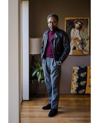 Moda uomo anni 50: Abbina una giacca da moto in pelle nera con pantaloni eleganti di lana grigi se cerchi uno stile ordinato e alla moda. Non vuoi calcare troppo la mano con le scarpe? Calza un paio di chukka in pelle scamosciata blu scuro per la giornata.