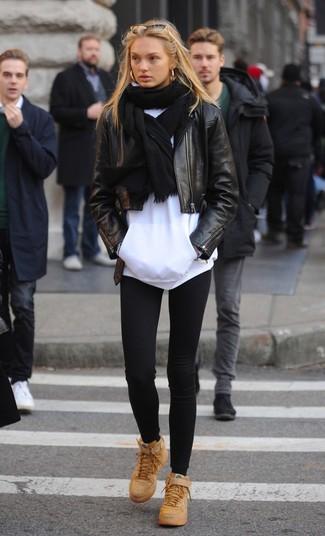 Trend da donna 2020 quando fa caldo: Potresti indossare una giacca da moto in pelle nera e leggings neri per un outfit inaspettato. Sneakers alte in pelle marrone chiaro sono una splendida scelta per completare il look.