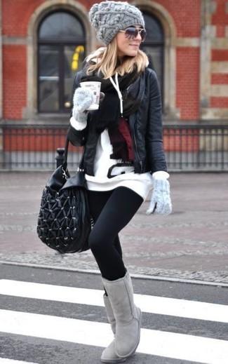 Mantieni il tuo sile nelle giornate più indaffarate in una giacca da moto in pelle nera e leggings neri. Stivali ugg grigi renderanno il tuo look davvero alla moda.